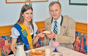 Josef Weber mit der Niederösterreichischen Milchkönigin Katrin I.
